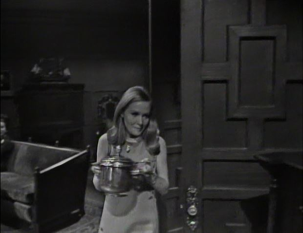 Carolyn brings in a bucket of ice_ep11